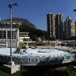 斧山道游泳池室外環境,卓越游泳會游泳班夏天時的上課地點。