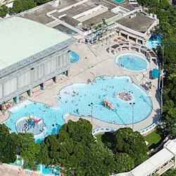 斧山道游泳池遠景,卓越游泳會游泳班上課地點。